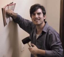 """""""Estaba colgando un anuncio en el muro"""" imagen extraída del vídeo de QDQ #BeMedia"""